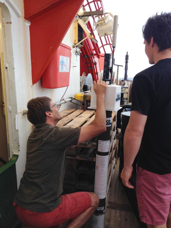 Sven Petersen (GEOMAR) preparing the float for deployment